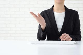 闇金問題の解決策を提示する女性司法書士のイメージ