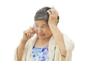 詐欺にあう高齢女性のイメージ
