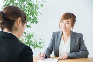 女性事務員に闇金相談をするイメージ