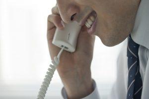勧誘電話を掛ける男性